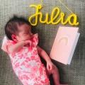 Bevallingsverhaal: de verloskundige ziet een randje voor het hoofdje van Julia, ahum, ze gaat deze wegduwen bij de volgende wee