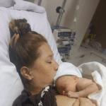 Bevallingsverhaal: op het moment dat Semmy eindelijk op m'n borst ligt, poept ze me helemaal onder, haha