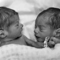 Tranentrekker, deze tweeling laat iets heel vertederends zien in dit filmpje