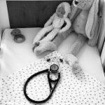 Kraamverzorgster Rose maakt zich zorgen om een baby'tje dat veel kreunt