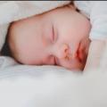 Hoe herken je een oververmoeide baby? Onze slaapcoach geeft antwoord
