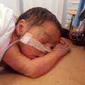 Pasgeboren Léonie kreeg driemaal een klaplong… Maar ook een wonder