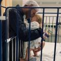 Joep kwam voor een schisis sluiting naar het ziekenhuis, maar er was verdenking van Corona op zijn kamer