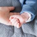Fysiotherapeut Anne vertelt alles over de handreflexen van jouw baby