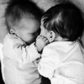 Zodra de tweeling bij elkaar ligt, legt Ezra zijn handje op de schouder van Isabelle, op de monitor zien we dat de hartslagen rustiger worden