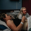 Sophie is kraamverpleegkundige en is bij de bevalling van een goede vriendin, zo speciaal!
