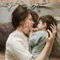 Thuis zie ik een diepe tandafdruk van een ander kindje in de arm van mijn zoontje Sibren
