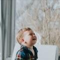 Jongetje huilt bij emotioneel liedje