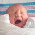 112 legt aan de telefoon uit hoe ik mijn dochter mond-op-mond beademing moet geven